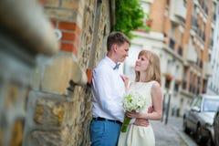 Gerade verheiratetes Paar, das miteinander schaut Lizenzfreies Stockbild