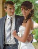 Gerade verheiratetes Paar, das zusammen aufwirft stockbild