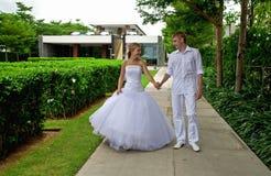 Gerade verheiratetes Paar in einem tropischen Park Lizenzfreie Stockfotografie