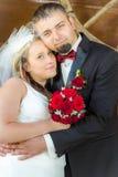 Gerade verheiratetes Paar in einer Umarmung Lizenzfreies Stockfoto
