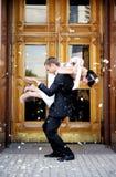 Gerade verheiratetes Paar geduscht in den rosafarbenen Blumenblättern Stockbild