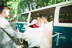 Gerade verheiratetes Paar im Retro- Luxusauto an ihrem Hochzeitstag lizenzfreies stockfoto