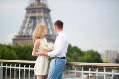 Gerade verheiratetes Paar in Paris Stockbilder