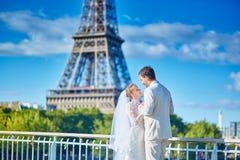 Gerade verheiratetes Paar in Paris Lizenzfreies Stockbild