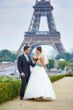 Gerade verheiratetes Paar in Paris nahe dem Eiffelturm Stockbilder