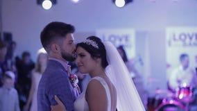 Gerade verheiratetes Paar tanzt am Hochzeitsfest stock video footage