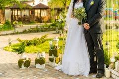 Gerade verheiratetes Paar umfasst lizenzfreie stockfotografie