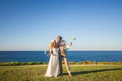 Gerade verheiratetes Paar umfasst lizenzfreies stockfoto