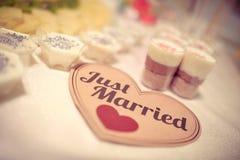 Gerade verheiratetes Zeichen auf einer Hochzeitssüßigkeitstabelle Lizenzfreie Stockfotografie