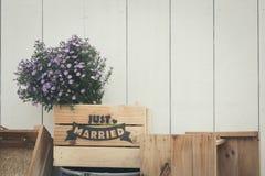 Gerade verheiratetes Zeichen auf hölzernem handgemachtem für Heiratsdekoration stockbilder