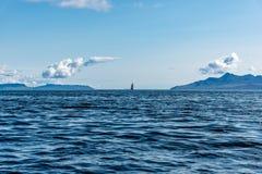 Gerade voran - Segelboot reist Insel von Skye, Schottland ab stockfotografie