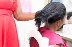 Geraderichten des Haares des Kunden stockfoto