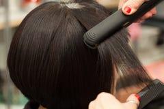 Geraderichten des kurzen Haares Stockfoto