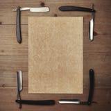 Gerades Rasiermesser und Kraftpapier-Bilderrahmen auf Holz Lizenzfreies Stockbild