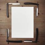 Gerades Rasiermesser und weißer Bilderrahmen auf Holz Lizenzfreie Stockfotografie
