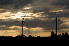 Gerador de poder da turbina eólica no por do sol Fotografia de Stock Royalty Free