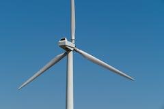 Gerador de poder do moinho de vento contra o céu Fim acima Imagens de Stock Royalty Free