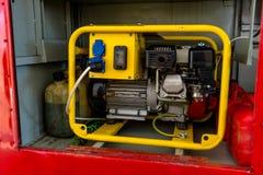 Gerador de poder para a gasolina em uma posi??o de abrigo amarela no compartimento de luva de um carro de bombeiros fotografia de stock royalty free