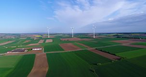 Gerador de vento no campo, energia alternativa, turbinas eólicas em um campo verde, energia renovável video estoque
