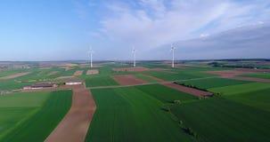 Gerador de vento no campo, energia alternativa, turbinas eólicas em um campo verde, energia renovável vídeos de arquivo
