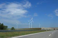 Gerador de ventos perto da estrada imagens de stock royalty free