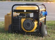Gerador portátil nas rodas, close-up da gasolina amarela, emergência fotos de stock