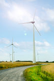 Geradores de turbina eólica em um campo contra o céu Fotografia de Stock