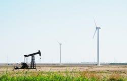 Geradores pstos vento da eletricidade da bomba de petróleo fotografia de stock royalty free
