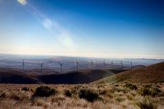 Geradores sustentáveis verdes da eletricidade da turbina do poder do moinho de vento da energia em Rolling Hills com nuvens e o c Fotografia de Stock