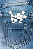 Geraffineerde suiker op denimachtergrond Zak jeanshoogtepunt van geraffineerde suiker Het concept van het dieet Zakhoogtepunt van royalty-vrije stock fotografie