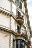 Geraniiums rouge sur le balcon de fer Photographie stock libre de droits