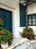 Geranios rojos en los potes, Santorini Foto de archivo