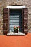 Geranios rojos en travesaño de la ventana. imagen de archivo libre de regalías