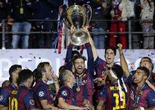 Gerard Pique soulève le trophée de ligue de champions d'UEFA Photos libres de droits