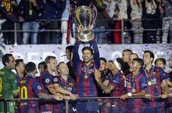Gerard Pique soulève le trophée de ligue de champions d'UEFA Image libre de droits