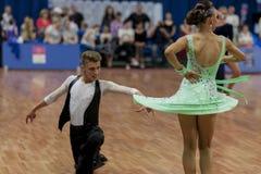 Gerasimenok Kirill y Davidovich Aleksandra Perform Adult Latin-American Program en campeonato nacional Imagen de archivo libre de regalías