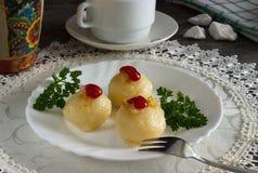 Geraspte die aardappels op een schotel worden gevuld Stock Fotografie