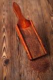 Geraspte 100% donkere chocoladevlokken op uitstekende houten rooster Stock Foto's