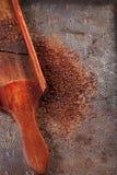 Geraspte 100% donkere chocoladevlokken op uitstekende houten rooster Royalty-vrije Stock Foto