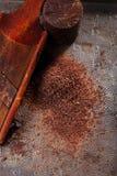 Geraspte 100% donkere chocoladevlokken op uitstekende houten rooster Royalty-vrije Stock Afbeelding