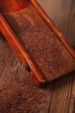 Geraspte 100% donkere chocoladevlokken op uitstekende houten rooster Royalty-vrije Stock Foto's