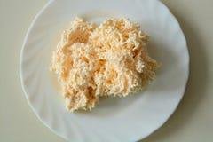 Geraspte gesmolten kaas in daglicht royalty-vrije stock afbeeldingen