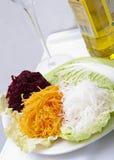 Geraspte groenten met olie stock foto
