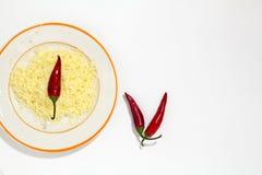 Geraspte Kaas met kruiden en hete Spaanse pepers op witte achtergrond Royalty-vrije Stock Fotografie
