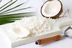 Geraspte kokosnoot op een houten raad royalty-vrije stock fotografie