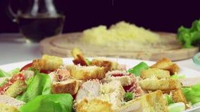 Geraspte parmezaanse kaas die op caesar salade in langzame motie vallen stock videobeelden