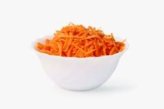 Geraspte wortelen in een witte kop Stock Fotografie