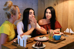 Geratel van drie het jonge leuke meisjesmeisjes, het roddelen, aandeel secr Royalty-vrije Stock Foto
