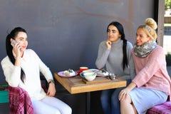 Geratel van drie het jonge prachtige meisjesmeisjes, het roddelen, sha Stock Afbeeldingen