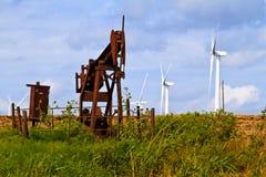 Gerators e poços de petróleo do vento foto de stock